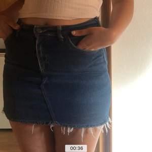 Lee kjol köpt i en vintage butik i korea ca 2-3 år sen, ganska stretchiga material men tyvärr är den lite för kort för min smak och därmed använt ca 5 ggr. Hittar ingen storlek men skulle säga att den är mellan s-m. Jag är ca 163 cm.