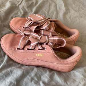 Säljer mina puma suede skor, endast använda 2 gånger! Köpta för 500kr! Dom är i fint skick och storlek 38! Tvättar självklart bort leran från sulan innan de skickas! Frakt är på 50kr ungefär! Säljer för 250 plus frakt💗först t kvarn! Skriv för frågor💗💗