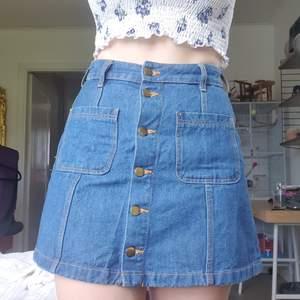 Fin jeanskjol med fickor. Midjan är 34cm mätt rakt över.