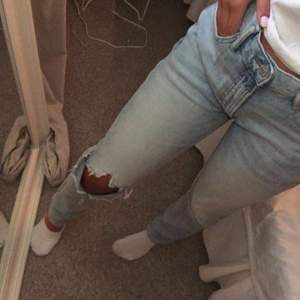 Skitsnygga jeans från hm killavdeling. Skulle säga att dom passar på någon som vanligtvis har W28/W29 i storlek på jeans. Jag är 170cm och jeansen går ned till mina hälar💕frakten ingår i priset (dålig kvalite på bilderna pga trasig backkamera)