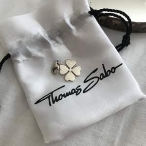 Silvrig Thomas Sabo berlock i form av en fyrklöver. Tyvärr har den blivit lite stött, säljer den därför för 150 inkl frakt🍀🍀🍀