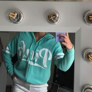 Säljer denna supersöta hoodie från Victoria's Secret Pink! Den är i jättebra skick. Passa på!!💕 Bud från 300kr + frakt!💕
