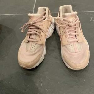 Supersnygga beige/rosa skor från Nike! Storlek 36 (står 37.5 men det är då man med dessa går upp i storlek)
