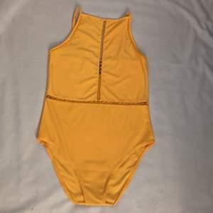 Säljer denna gula body från Hm, använd några gånger men säljer då den inte kommer till användning längre😊 Lägg gärna högre bud.