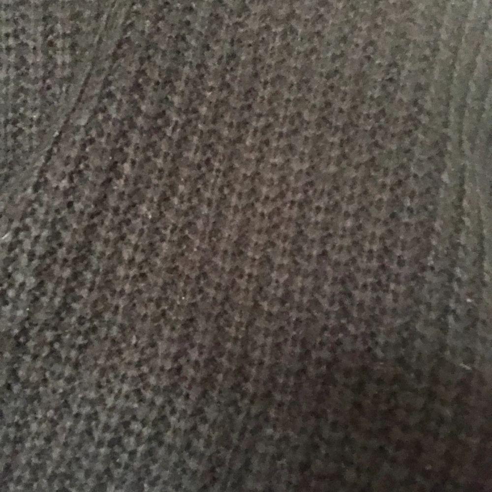 Svart stickad tröja som är sååå mysig och väldigt snygg men jag har knappt använt så säljer den pga det. Tröjor & Koftor.