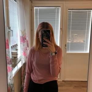 En rosa långärmad tröja i super skönt material! Storlek s-m! Säljs då den inte används :) kan mötas upp i östersund eller fraktas (frakt tillkommer)