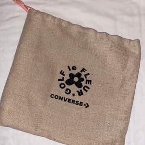 En dustbag till converse golf le fleur skor som endast använts som prydnad (bra skick). Från 150 kr!