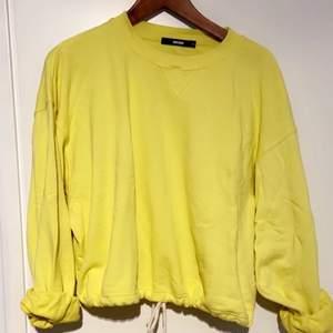 Väldigt skön slapp tjock tröja köpt från BIKBOK. I väldigt fin skick knappt använd. Färgen är gul, kan ses som annan färg på bild. Köparen står för frakten 🌸