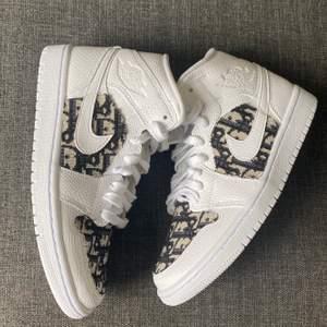 Jordan 1 x Dior custom 🤍🤎 Dior materialet är custommade, Skorna följer med kvitto. Kan vara Lite liten i storlek 🤍  följ min Instagram för att se mer!  @Losa_touch