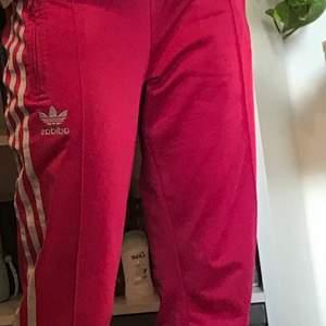 Svincoola rosa Adidasbyxor som inte kommer till användning längre. Byxorna är lite smått slitna men det syns knappt.