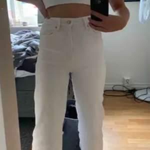 INTE MINA BILDER! Jätte fina vita jeans! Säljer pgr av att de inte är min stil längre,är i bra skick och använts nära få gånger