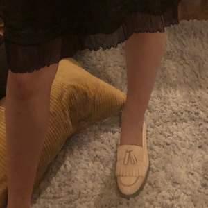 Ett par jättegulliga vintage skor. Dom är lackade i ljusrosa och supersöta till en klänning eller kjol! Coola till byxor oxå! 💕💕💕