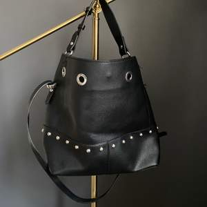 Skitcool ganska stor och rymlig svart väska med nitar. Perfect skick, verkligen som ny