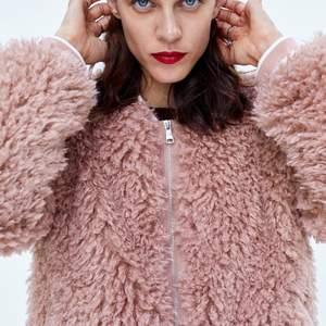 Hej, nu säljer vi en jättefin Teddybear från Zara. Jackan är nyskick. Jackan har en vacker och söt rosa färg. Jackan är i Storlek S. Vid många intresserade blir det budgivning, annars snabbköp. Jackan är värd 599kr. Kan möjligtvis tänka att gå ner i pris vid snabb affär. Kontakta oss för mer information och eventuellt fler bilder. Kolla gärna in vår profil och passa på att Fynda!🤍