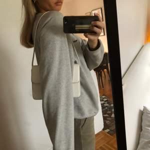 Jätte fin väska från vera moda. Fixat axelbandet själv så den är en handväska. Köpare står för frakt💗
