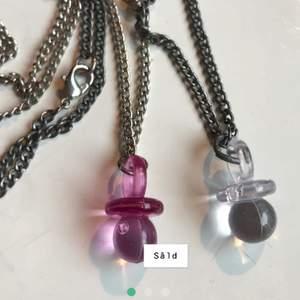 Handgjorda silver halsband med berlocker, nappar i rosa och genomskinlig. Du kan köpa  tillsammans i samma frakt (11kr) som andra av mina smycken. Genomskinliga finns kvar!