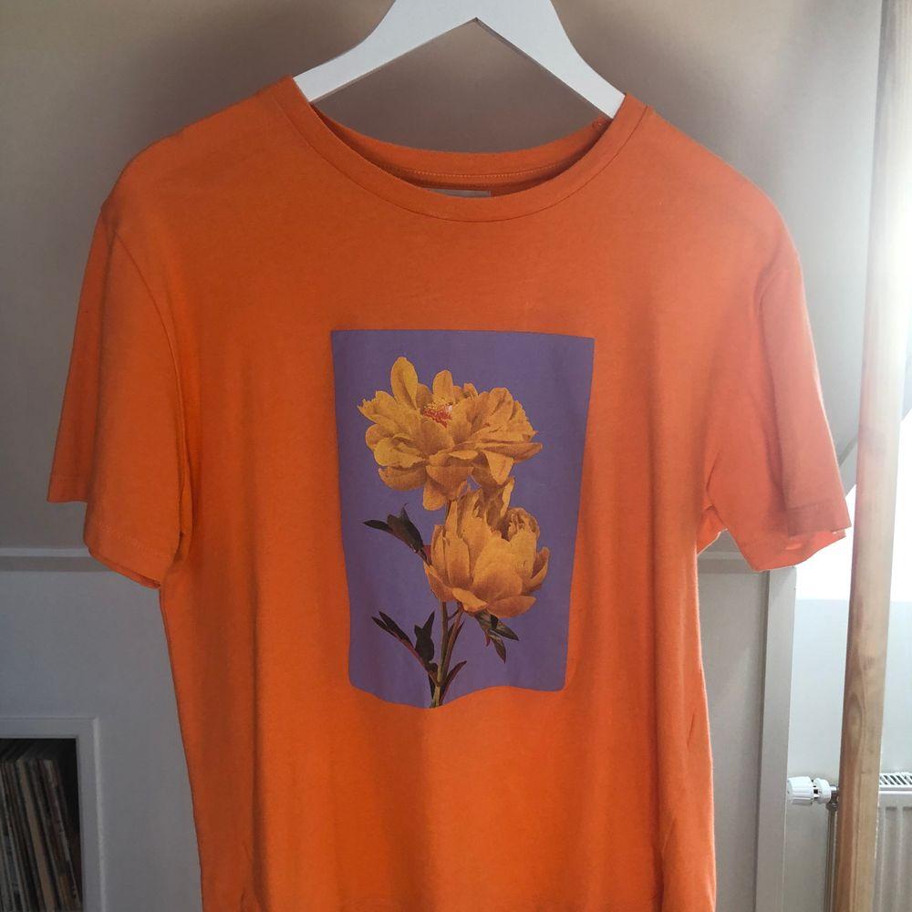 Orange t shirt med blommorna från Pull&bear! Köpen står för eventuell frakt🧡. T-shirts.