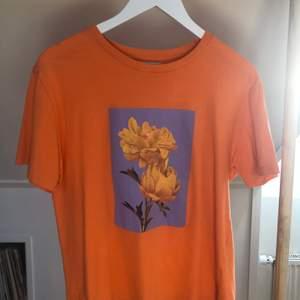 Orange t shirt med blommorna från Pull&bear! Köpen står för eventuell frakt🧡
