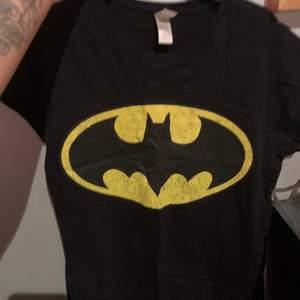 En svart Batman t-shirt som ej kommer till användning. Köptes på Sweet Love Sugar(heter nu Ovrhypd) på Emporia i Malmö för 129kr. Lite sliten, som man kan se på själva Batman loggan, men tycker personligen det är lite snyggt. Storlek S. Frakt 42kr.