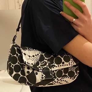 """Handväska jag sytt själv inspirerad av Fendis """"Baguette bag""""🌸 Är reversible, så ser likadan ut på båda sidor🥰 kan även sy upp i andra färger om nån är intresserad"""