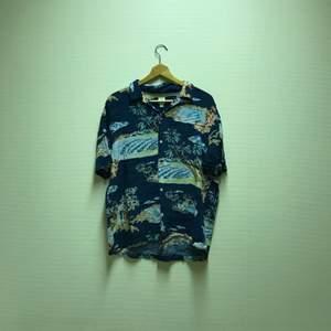 En ball strand skjorta med fina färger. Skit snygg över tex en hoodie eller bara en långärmad tröja:) Köpt på H&M i storlek XL. Använd ett antal gånger och säljer pga att jag aldrig använder den längre. Säljer för 40kr + frakt:)