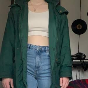 Jätteskön och varm vinterjacka! Den är lite oversized och passar perfekt ifall man vill ha tjocka kläder under, den är köpt på Stadsmissionen men är fortfarande i väldigt bra kvalitet.❄️