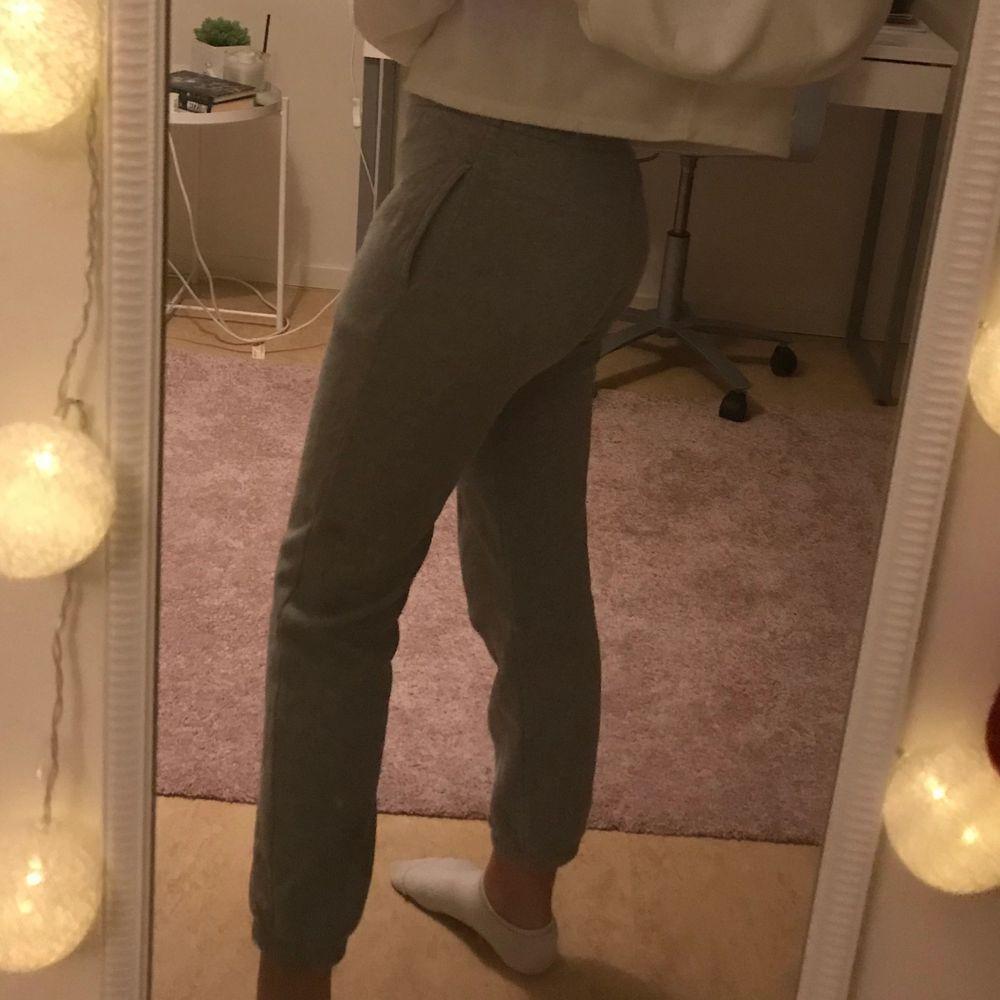 Ett par svin snygga byxor ifrån Champion men tyvärr för små. Storlek M men är som större Xs. Pris:100kr💕Skriv om ni vill ha fler bilder💕. Jeans & Byxor.