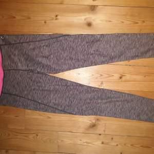 Grå-randiga tights med en rosa kant högst upp. Lite slitet där storleken står men annars väldigt bra skick! Stl XS. Frakt tillkommer.