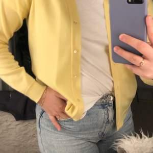 Säljer denna snygga gula koftan i storlek S-M. Köpt på secondhand och därför vet jag ej vart den kommer ifrån ursprungligen. Jättefint material som matchar med det mesta!