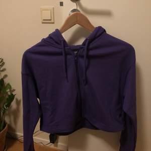 Lila croppad hoodie från Monki, använd 1 gång💜❕ 🧞♀️Köparen står för frakt🧞♀️