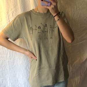 Vintage T-shirt med ballt tryck, strl XL men passar bra på mig som har xs/s! Köparen står för frakten❣️