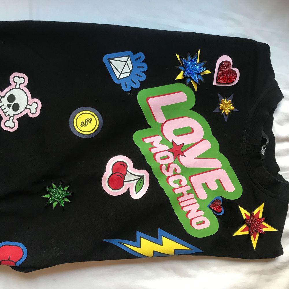 Denna superfina tröja från love moschino som jag inte använt på ett tag och därför säljer. Den är i skorlek 34=xs/s . Kunden står för frakt. Budgivning i kommentarerna börjar på 150. . Tröjor & Koftor.