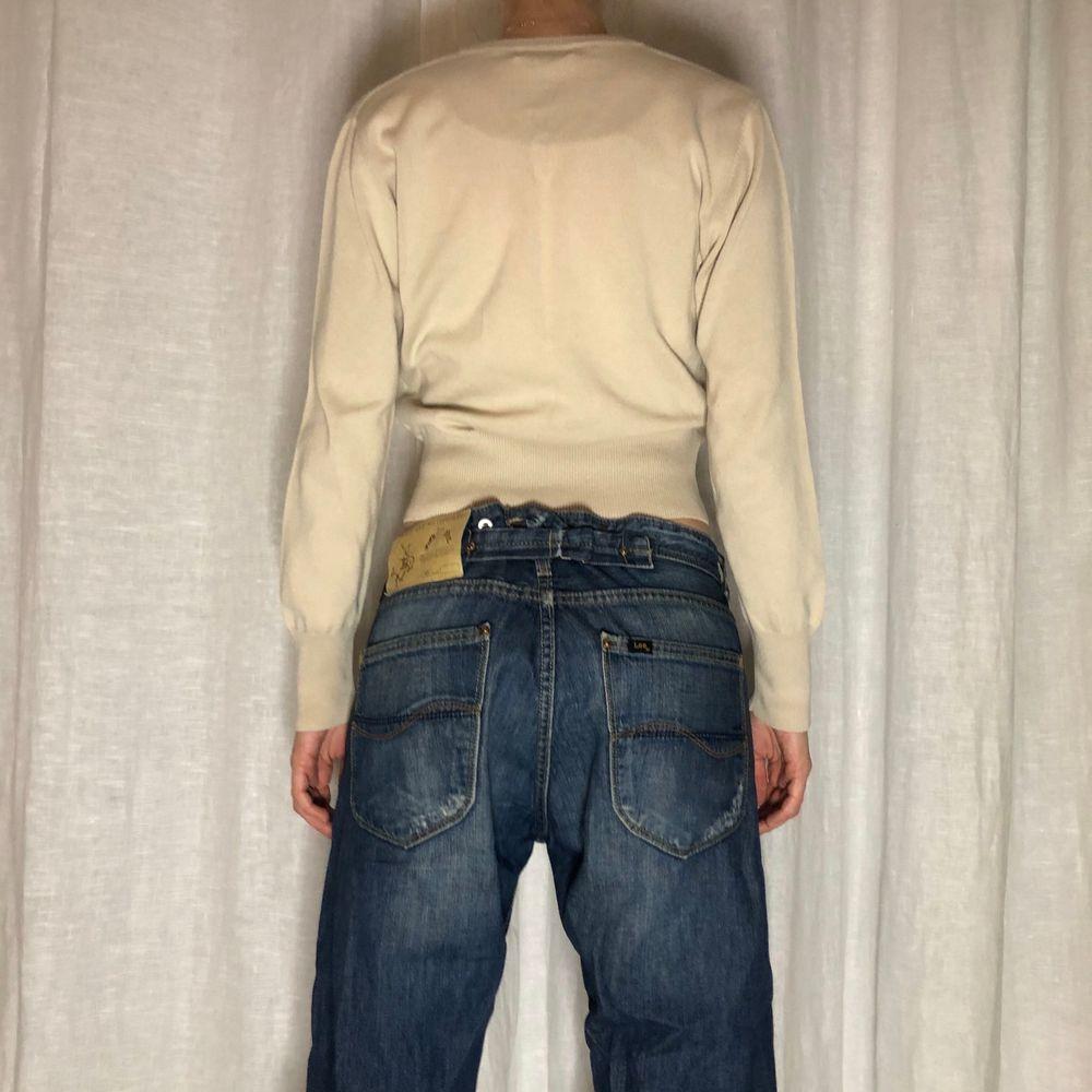 Fin croppad v-ringad rutig sweatshirt! Personen är 170cm💗. Tröjor & Koftor.