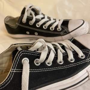 Låga svarta converse. Storlek 37,5. De är i bra skick, själva tyget och snörena är som nya! Använda få gånger. 🥰 Om fler är intresserade så buda i kommentarerna