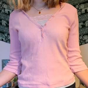 Jättesöt tröja som ser ut som att man har ett linne under. Den har en luva och ärmarna är lite kortare. Den är i använt skick men inget anmärkningsvärt.💜