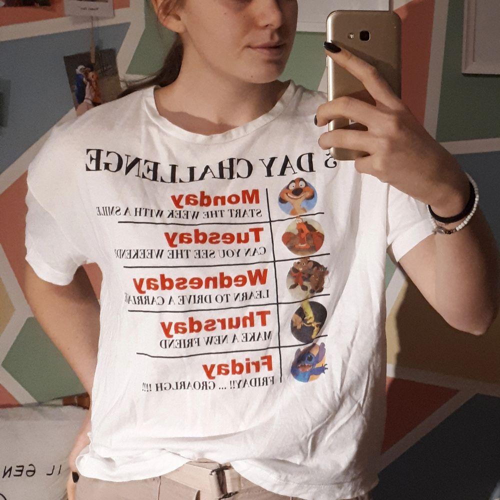 Vit T-shirt från Zara med Disney tema. Storlek L och rak i passformen, är själv ~M. Roliga korta texter för varje dag, en från varsin Disney-film (bild 3).    Köpare står för frakten. Kontakta mig om du är intresserad :). T-shirts.