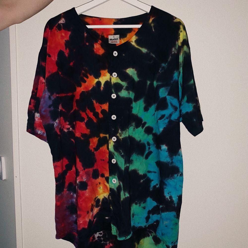 Fett ball tröja köpt på beyond retro nått år tillbaka, size L, passar bra på mig som har S-M 💓. Skjortor.