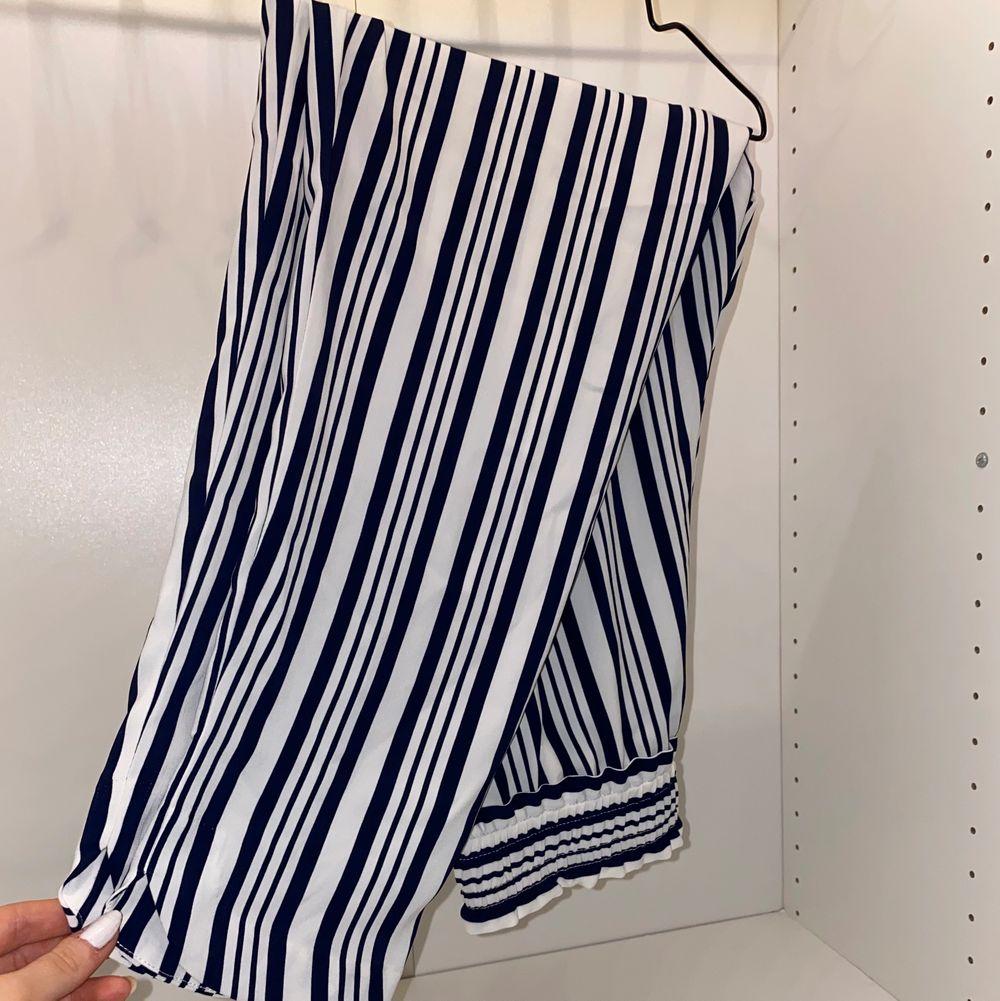 Säljer mina supersköna finbyxor från Zara i storlek S. Vita med marinblå ränder, superfina till sommaren. Använda endast en gång💙💙 säljer för 140kr + frakt. Jeans & Byxor.