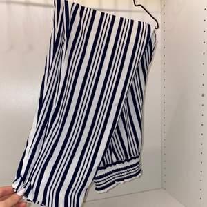Säljer mina supersköna finbyxor från Zara i storlek S. Vita med marinblå ränder, superfina till sommaren. Använda endast en gång💙💙 säljer för 140kr + frakt
