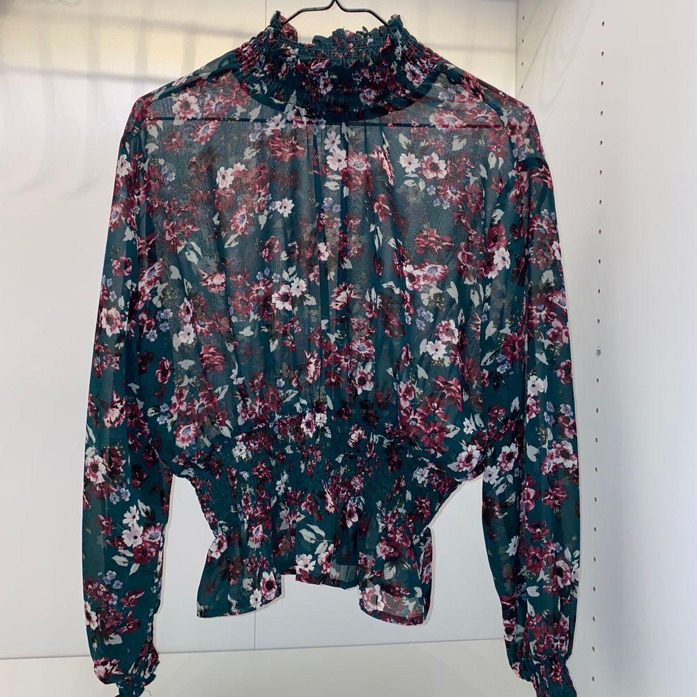 Säljer denna supersöta blommiga blusen i mesh från Gina Tricot. Strl 34. Använd några gånger men är i princip som ny🌸 säljer för 90kr + frakt💕💕. Blusar.