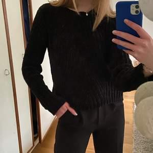 Snygg svart tröja i sammets liknande tyg från bikbok. Str Xs men sitter mer som en S o är knappt använd💞