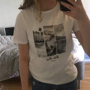 Vit t-shirt med svartvitt tryck från NA-KD, använd max 3 ggr så väldigt bra skick