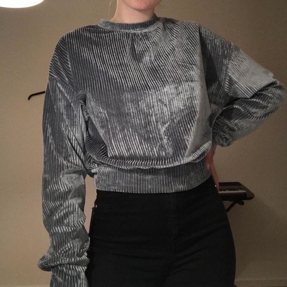 En grå/silvrig tröja som är ish i Manchestertyg. Storlek S och säljer pga att den inte kommer till användning. Köparen står för frakt.. Tröjor & Koftor.