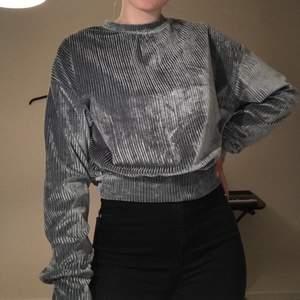 En grå/silvrig tröja som är ish i Manchestertyg. Storlek S och säljer pga att den inte kommer till användning. Köparen står för frakt.