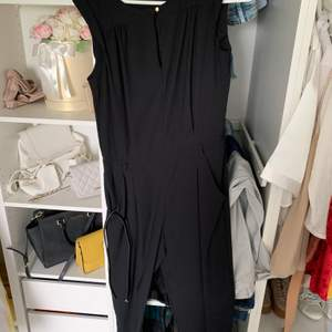 Jumpsuit svart med bälten str s