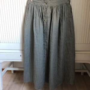 Midi kjol ifrån NA-KD med knappar framtill