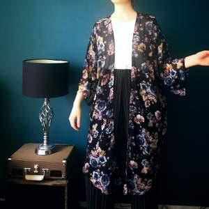Tunn cardigan med japansk inspirerat blommönster 🐼🌺 Storlek L men går att bäras oversize, själv har jag XS. Köparen står för frakt!