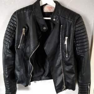 Säljer min svarta motojacket från Chiquelle. Storlek 40/Medium. Nypris 699 kr. I mycket fint skick! Dösnygg med vit tröja eller ljusgrå hoodie under 😍 har Swish. Skriv om du undrar något eller vill ha fler bilder 🥰 (säljer även en likadan i strl 42!)