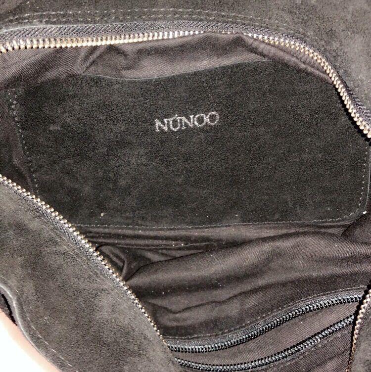 Säljer då min extremt fina nunoo väska, köpt för ca 5 månader sen! Säljer den för att jag har två stycken! Denna är en av mina favorit väskor som kommer till användning väldigt ofta! Den har fått lite vitt ludd på sig av min tröja, men det tar jag bort!. Väskor.