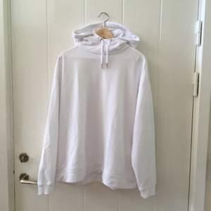 Vit superskön hoodie med luva och lite högre krage, finns även i svart och navy.  🤍🖤💙